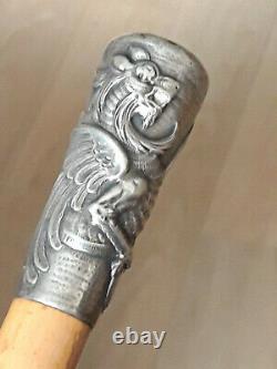 Canne Milord ancienne, Pommeau en Argent massif décoré d'un Griffon, chiffré