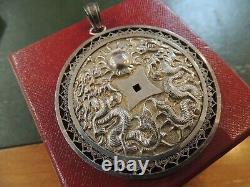 Important pendentif ancien gravé en argent massif avec symboles asiatiques