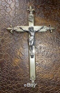 Très ancien Christ en argent sur croix fleur de lis en billon